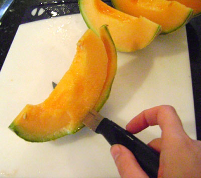 Cut off the peel from the cantaloupe slices