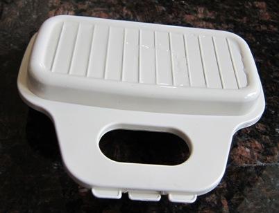 closing microwave egg poacher