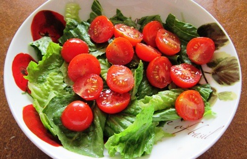 simple salad with lettuce leaves and tomatoes