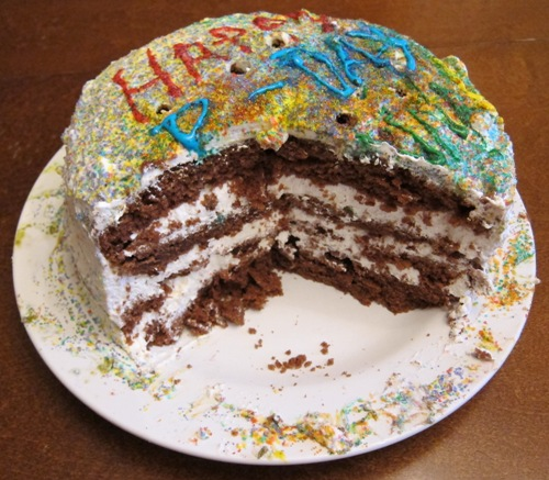 chocolate cake with white frosting