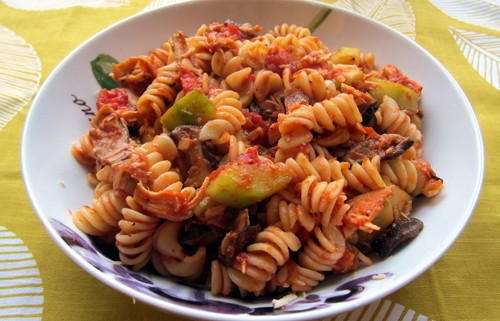 pasta with shredded chicken, shiitaki mushrooms and zuchini