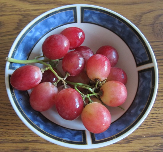 red globe grapes in a bowl