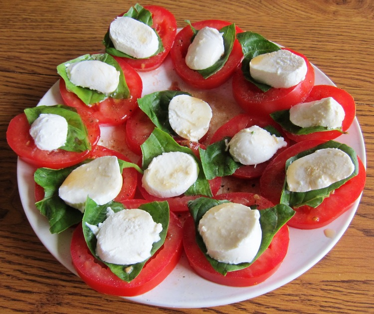 Caprese Salad Recipe With Tomato, Basil and Mozarella