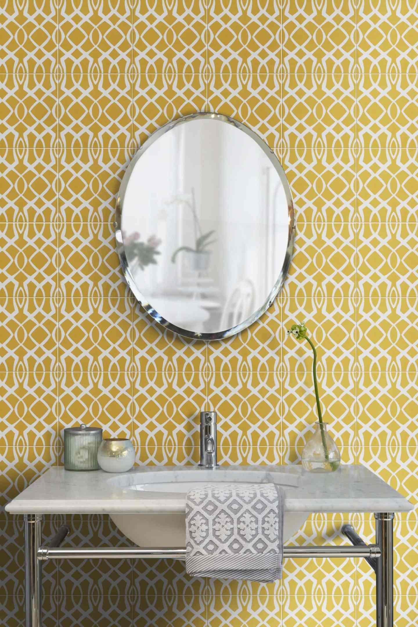 mermer lavabo ve oval ayna ile banyoda parlak sarı geometrik karolar