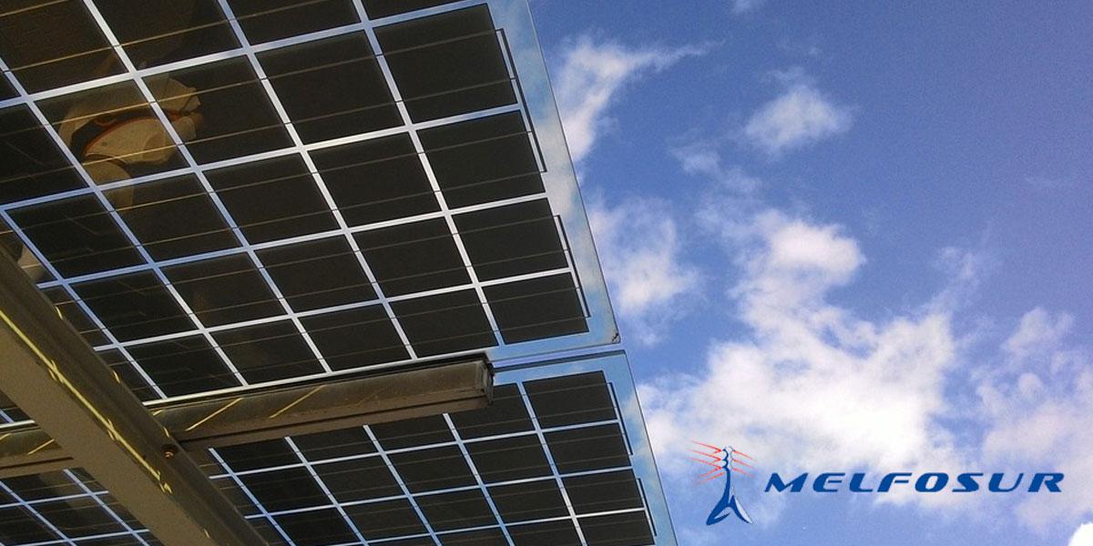 Techo del porche de una casa que aprovecha la energía solar fotovoltaica a través de paneles solares monocristalinos, uno de los tipos de paneles solares.