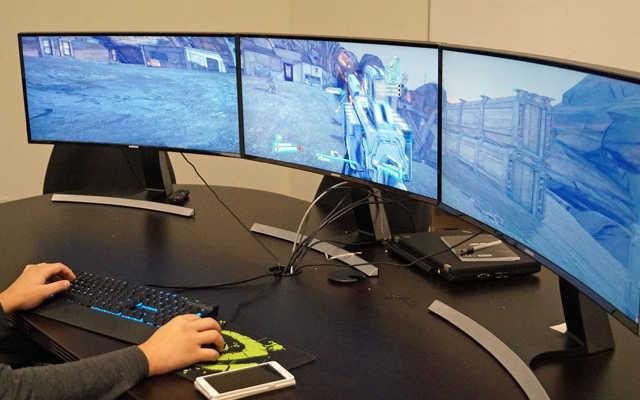 Gamer utilizando 3 monitores curvos para jogar FPS