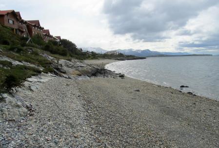 Praia em frente ao hotel Los Cauquenes