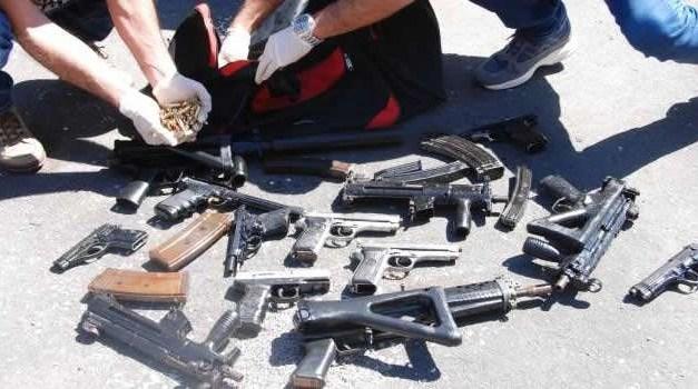 Napoli, arrestati due gemelli: nascondevano un arsenale