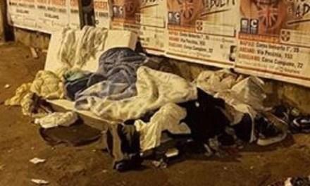 """Al freddo sotto al ponte, così vive a Melito un giovane immigrato: """"Aiutiamolo"""""""