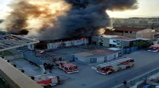 Casoria - incendio fabbrica alluminio