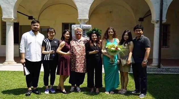 Lucia Mazzaria Mantova con studenti