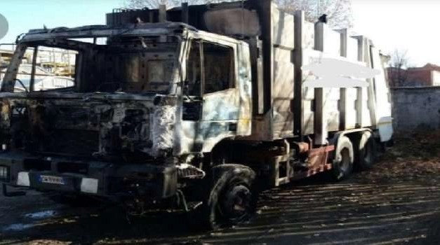Scampia, camion dei rifiuti in fiamme