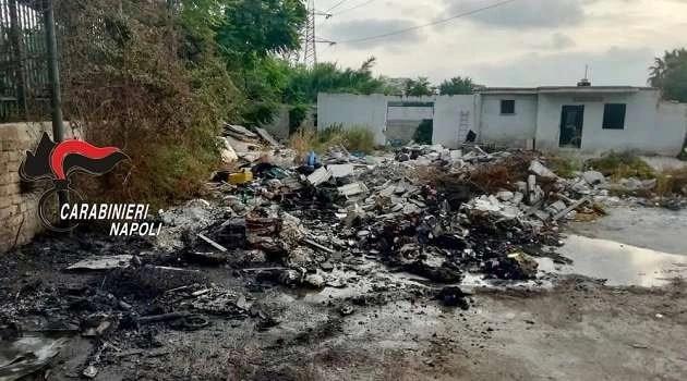 Giovane clandestino intento ad incendiare dei rifiuti