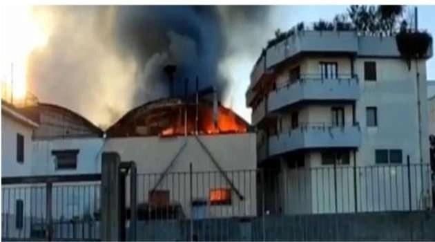 Incendio in un capannone. Si sta indagando