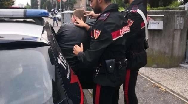Arrestato uno spacciatore: i familiari distruggono l'auto dei carabinieri