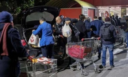 Nuovo assalto ai supermercati. Centinaia di persone all'esterno degli esercizi commerciali