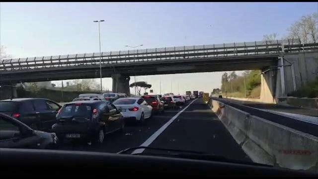 Pasqua ai tempi del CoVid-19: auto in coda a Roma
