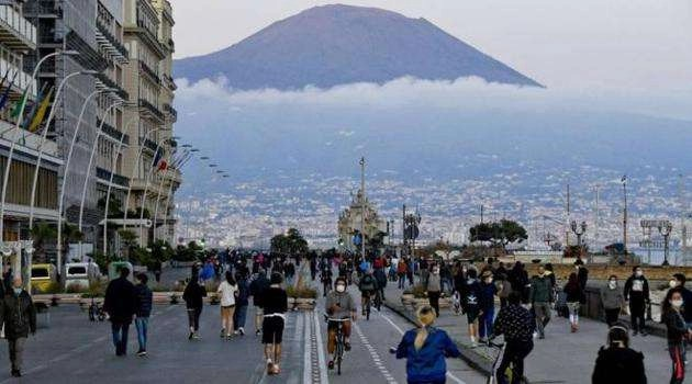 Campania torna zona arancione: ultimi assembramenti per strada