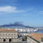 Vasto incendio a Gianturco. La nube è visibile nelle zone limitrofe