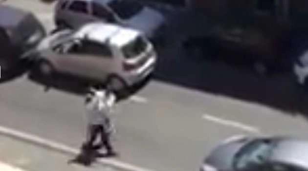 Tamponamento finisce in una rissa: uno dei due automobilisti picchia l'altro dal finestrino (VIDEO)