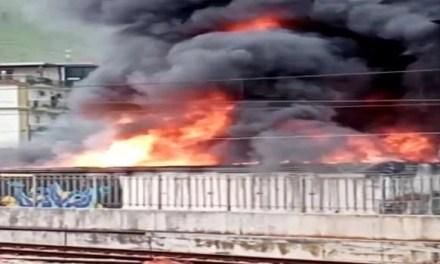 Incendio nei pressi della Cumana. Fiamme altissime e grossa nube nera (VIDEO)