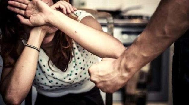 Violenza sulle donne: uomo prende a coltellate la moglie davanti ai figli