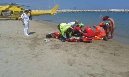 Malore in spiaggia. 74enne perde la vita mentre fa il bagno