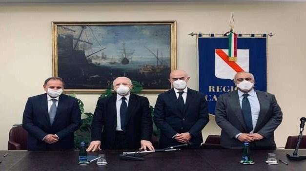 """De Luca firma l'accordo """"Federalberghi"""""""