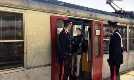 Sant'Anastasia. 16enne prende a calci il finestrino di un treno: denunciato