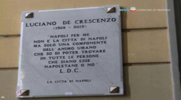 Napoli: omaggio a Luciano De Crescenzo attraverso una targa