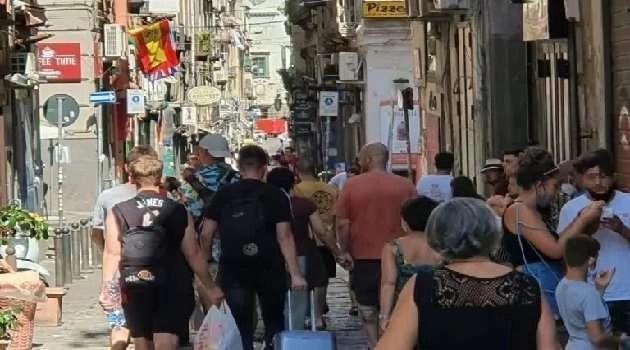 Coronavirus, Napoli: assembramenti e traffico fuori controllo nel weekend