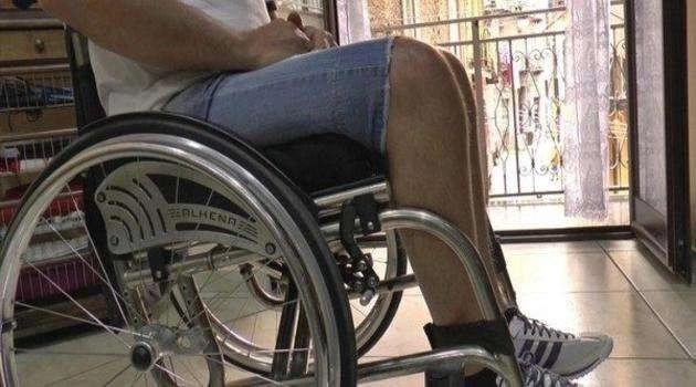 Spara ai figli invalidi e ne fredda uno