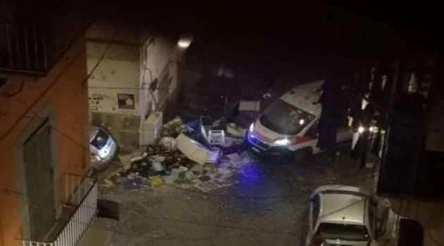 Napoli, cronaca. Un' Ambulanza bloccata da cumulo di spazzatura