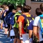 Campania, riaprono le scuole medie: assembramenti al di fuori degli istituti