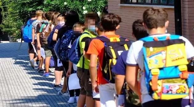 scuola covid ragazzi in fila
