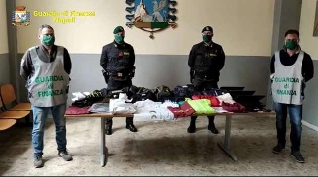 """Napoli, cronaca L'operazione """"pezzotto connection"""" sequestra mezzo milioni di capi contraffatti"""