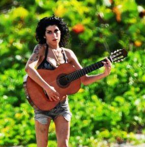 amy-winehouse-chitarra-4