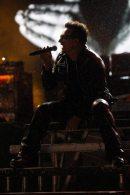 Bono Vox canta seduto al Glastonbury
