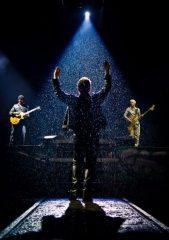 Bono Vox dirige i suoi compagni di band