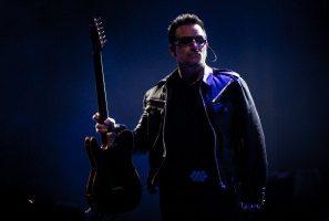 Bono imbraccia la chitarre