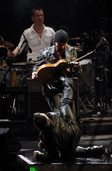 The Edge e Bono scherzano durante il live