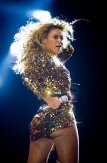 Una sexy Beyoncé incanta il Glastonbury