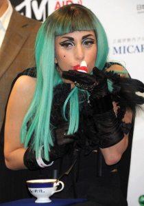 Lady Gaga e la Okiagari-koboshi