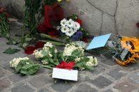 Biglietti e fiori in omaggio a Amy