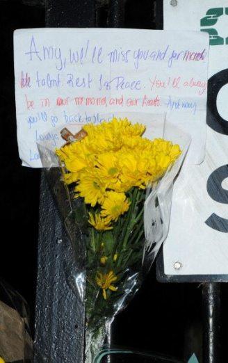 Biglietti e fiori per Amy Winehouse