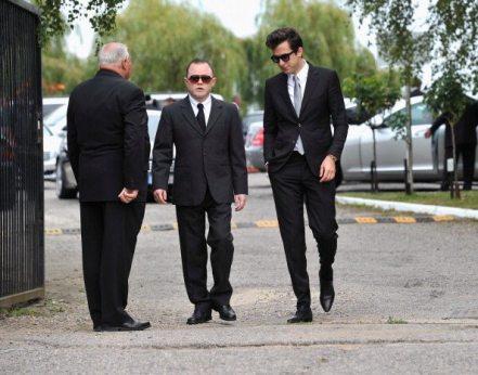 Mark Ronson arriva al cimitero di Edgwarebury