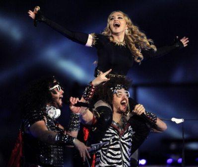 Madonna e LMFAO sul palco | © TIMOTHY A. CLARY/AFP/Getty Images