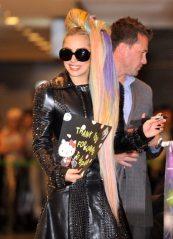Lady Gaga sorridente all'arrivo in Giappone