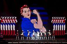 Madonna e il suo corpo di ballo sul palco | © JACK GUEZ/AFP/GettyImages