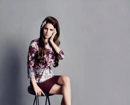 Posa elegante per Lana Del Rey ripresa da H&M